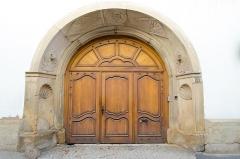 Maison - English: Belle porte de la résidence construite au XVIIe des chanoines-comtes du chapitre  de Strasbourg.