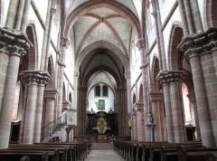 Ancienne abbaye bénédictine -  Alsace, Bas-Rhin, Neuwiller-lès-Saverne, Église abbatiale Saints-Pierre et Paul (PA00084820, IA67009917: Vue intérieure de la nef vers le chœur, Travées gothiques (XIIIe) et travée-double romane (XIIe).