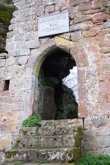 Ruines du château de Wasenbourg - English: Entrance to the Château de Wasenbourg, near Niederbronn-les-Bains, France.