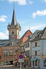 Hôtel de ville - Deutsch: Obernai (Frankreich, Département Bas-Rhin): Rathaus und im Hintergrund der Kappelturm (Tour de la chapelle). Aufgenommen von der Rue Chanoine Gyss.