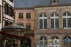 Puits à six seaux - English: Hôtel de Ville (Town Hall) of Obernai, France