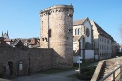 Ancienne synagogue - Deutsch: Synagoge (Obernai) in Obernai im Département Bas-Rhin in der Region Grand Est (Frankreich), mit Türmen der Stadtmauer