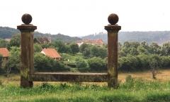 Banc-reposoir - Deutsch: Napoleonsbank bei La Petit-Pierre, ca. 200 m nördlich der Abzweigung der D 135; auf den Pfosten kaptiellförmiger Aufsatz mit Kugel