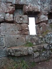 Ruines du château Ochsenstein - English: Grand Ochsenstein castle, Bas-Rhin, France. North wall of the chapel, detail on window and surrouding wall parts