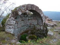 Ruines du château Ochsenstein - English: Filtering water tank on top of the castle of Grand Ochsenstein, Bas-Rhin, France.