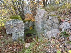 Ruines du château Ochsenstein - English: Latrine next to the South building of the castle of Grand Ochsenstein, Bas-Rhin, France.