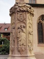 Eglise catholique de l'Assomption-de-la-Vierge - Alsace, Bas-Rhin, Rosenwiller, Église Notre-Dame de l'Assomption (PA00084907, IA00075624).  Socle de la Croix de mission (1933), place de l'église.