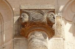 Eglise Saint-Pierre-et-Paul -  Alsace, Bas-Rhin, Rosheim, Église romane Saints-Pierre-et-Paul (XIIe) (PA00084909, IA00075638): Chapiteau sur la façade sud.
