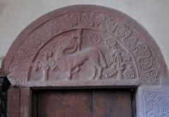 Ancienne église abbatiale -  Alsace, Bas-Rhin, Saint-Jean-Saverne, Église abbatiale Saint-Jean-Baptiste (PA00084921, IA00055618): Tympan roman au-dessus de la porte de la sacristie (XIIe), bas-relief d'agneau nimbé entouré de deux arbres.