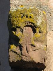 Eglise protestante de Scharrachbergheim -  Détail de l'église protestante de Scharrachbergheim-Irmstett dans le Bas Rhin. Sculpture représentant un monstre dévorant un homme.