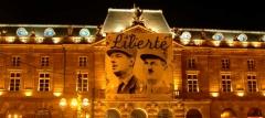 Bâtiment de l'Aubette - Français:   Le 23 Novembre 1944 la deuxième division blindée du général Leclerc entre dans Strasbourg après avoir parcouru plus de 100 km en 6 jours. La ville est libérée. Leclerc s'adresse alors aux Alsaciens en ces termes: «La flèche de votre cathédrale est demeurée notre obsession. Nous avions juré d'y arborer de nouveau les couleurs nationales. C'est chose faite.»