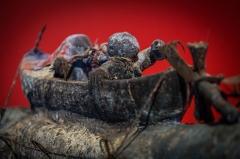 Château d'eau -  Musée Vodou collection Arbogast Strasbourg mai 2014. Sculpture représentant le dieu crocodile Atchakpa. Population Fon, Bénin, seconde moitié du 20e siècle. Bois, tissu, métal, cauris, ossements, calebasses, cordes, kaolin, pigment bleu, matières sacrificielles.