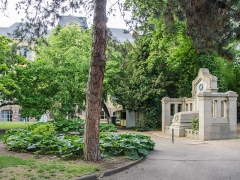 Ecole municipale des Arts décoratifs -  Au centre du quartier de la Krutenau, un jardin botanique avait trouvé sa place depuis le début du XVIIe siècle fondé par Rudolf Salzmann. Les années ont passés et à la suite du siège de la ville par les prussien en 1870, la ville décida de créer ce monument pour y entreposé les disparues puisqu'alors les cimetières hors des murs étaient inaccessibles. Après la fin de la guerre, la ville décida de créer ce bâtiment en l'honneur des anciens occupants.