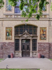 Ecole municipale des Arts décoratifs -  Les carreaux de faïence représentaient les arts initiaux enseignés l'école. Si quelqu'un à une information concernant le bonhomme dans le mini-château du tympan je suis preneur!