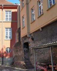 Restes de l'enceinte du Moyen Age - Vestiges de l'enceinte médiévale de Strasbourg (place Sainte-Madeleine) encastrés dans le lycée Jean Geiler.
