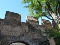 Restes de l'enceinte du Moyen Age - Vestiges de l'enceinte médiévale de Strasbourg (place Sainte-Madeleine). Construction au XIIIe s. Le portail (1576) de l'ancien hôtel de Rathsamhausen (rue Brûlée) y a été installé en 1913