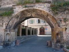 Restes de l'enceinte du Moyen Age - Vestiges de l'enceinte médiévale de Strasbourg (place Sainte-Madeleine). Construction au XIIIe s. Le portail (1576) de l'ancien hôtel de Rathsamhausen y a été installé en 1913
