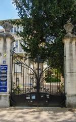 Ancien hôtel Schützenberger -  Le manoir est depuis occupé par des organisations gouvernementales (par l'Observatoire Européen de l'Audiovisuel et par l'Association Parlementaire Européenne, etc (cf plaques))
