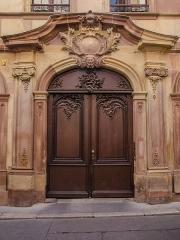 Hôtel de l'Epine -  Zum Dorn, les propriétaires de 'hotel antérieur à celui-ci laissèrent leur postérité à la rue qui se nomme rue de l'épine après une petite traduction. Au XVIII, un négociant en drap fit reconstruire l'ensemble dans un style baroque-roccoco très détaillé & assez rare à Strasbourg de nos jours.