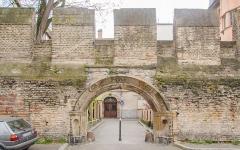 Ancien Hôtel de Rathsamhausen -  Il reste peu de l'enceinte médiévale de Strasbourg, ici cette dernière entourait l'église à proximité (de la madeleine) au XIIIe et fut rénovée au XVIe. Puis au début du XXe, le portail de l'ancien Hôtel Rathsamhausen (destruction de ce dernier) a été installé ici mais fut tronqué puisque la muraille était bien trop petite pour la porte.