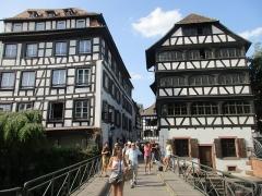 Maison - Français:   Pont du Faisan et maison du 40 rue du Bain-aux-Plantes et 1 rue des Moulins, Strasbourg (bâtiment de droite) vue depuis le Pont du Faisan de l\'Ill