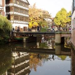 Maison - Deutsch: Pont du Faisan, eine kleine, asymmetrische Drehbrücke in Petite France in Straßburg