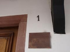Maison - Français:   Strasbourg, Petite France: maison à colombages à l\'angle du 40 rue du Bain-aux-Plantes et du 1 rue des Moulins. Façades et toitures classées Monuments historiques en 1927. Une plaque en grès rappelle que la Fondation Goethe eut son siège dans cette maison (ce n\'est plus le cas).