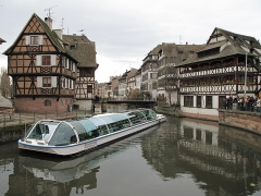 Maison des Tanneurs - English: Tour boat of Strasbourg (France) in front of the restaurant