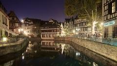 Maison des Tanneurs -  Le noyau historique de la ville doit son nom à un hôpital français, disparu aujourd'hui. Ce quartier, l'un des mieux conservés du vieux Strasbourg, était autrefois celui des pêcheurs, des tanneurs et des meuniers. Les bras de l'Ill, cloisonnés par des écluses, permettaient à la batellerie rhénane de remonter jusqu'aux portes des arrière-boutiques. Maisons à pans de bois se reflétant dans les eaux paisibles de l'Ill, sensation d'être hors du temps: un charme envoûtant.