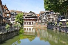 """Maison des Tanneurs -  La Petite France et les """"ponts couverts""""  sont dans un des quartiers les plus touristiques de Strasbourg en raison de leur authenticité et de la conservation des maisons médiévales qui se reflètent dans le canal de l'Ill. Les ponts couverts, gardés par une tour carrée, vestiges des remparts du 14è siècle, ont gardé le nom d'anciens ponts en bois couverts Le quartier est situé en face de l'École Nationale d'Administration, de l'hôtel du département et du musée d'art moderne et contemporain. <a href="""