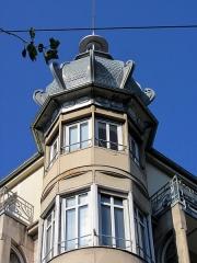 Immeuble - Français:   L\'oriel au niveau des troisième et quatrième étage.