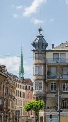 Immeuble -  Construit a quelques années d'intervalle, ces deux flèches différent de bien des aspects. Pour autant néo-gothique et art nouveau se marient plutôt bien.