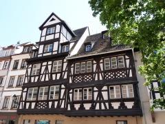 Maison - Français:   Petites maisons d\'artisans, 8 (à gauche) et 6, Grand\'Rue, Strasbourg. Inscrites aux Monuments historiques.