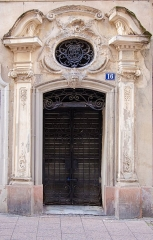 Maison -  Très belle porte baroque avec un oeuil-de-boeuf que le temps n'a pas arrangé.