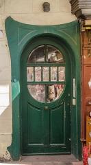 Maison -  Petite porte biscornue surveillée par une petite grenouille.