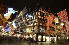 Immeubles -  Avec ses 300 chalets répartis sur 12 sites, au cœur de la ville, le marché de Noël de Strasbourg est l'un des plus anciens et l'un des plus grands d'Europe. Le marché de Noël perpétue la tradition d'un Noël alsacien traditionnel, authentique et chaleureux, dans lequel on trouve de l'artisanat, des produits alimentaires régionaux et des décorations typiques du Noël alsacien.