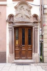 Maison dite Aux Cigognes -  Superbe porte baroque avec un fronton décoré de cigognes datant du XVIIIe siècle ayant été commandé par un orfèvre.