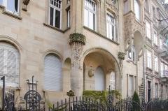 Immeuble -  Superbe réalisation d'art nouveau strasbourgeois réalisée au début du XXe siècles pour un maître boulanger. Regardez moi cet oriel, cette tête grimaçante verte, ces colonnes coiffées de feuilles...