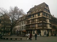 Maison -  Strasburg (fr. Strasbourg, wym. [stʁazˈbuʁ] i; niem. Straßburg, wym. [ˈʃtʁaːsbʊɐ̯k]; alz. Strossburi, wym. [ˈʃd̥rɔːsb̥uri]; łac. Argentoratum, później Stratœburgus) — miasto położone w północno-wschodniej części Francji.  Strasburg jest stolicą i głównym ośrodkiem gospodarczym Alzacji i departamentu Dolny Ren. W mieście działał m.in. polski konsulat generalny (do 31 stycznia 2009). W Strasburgu mieści się również Europejski Trybunał Praw Człowieka. pl.wikipedia.org/wiki/Strasbourg Strasbourg (French pronunciation: [stʁaz.buʁ]; Lower Alsatian: Strossburi, [ˈʃd̥rɔːsb̥uri]; German: Straßburg, [ˈʃtʁaːsbʊɐ̯k]) is the capital and principal city of the Alsace region in eastern France and is the official seat of the European Parliament. Located close to the border with Germany, it is the capital of the Bas-Rhin département. The city and the region of Alsace are historically German-speaking, explaining the city's Germanic name.[5] In 2006, the city proper had 272,975 inhabitants and its urban community 467,375 inhabitants. With 759,868 inhabitants in 2010, Strasbourg's metropolitan area (aire urbaine) (only the part of the metropolitan area on French territory) is the ninth largest in France. The transnational Eurodistrict Strasbourg-Ortenau had a population of 884,988 inhabitants in 2008.[6]  en.wikipedia.org/wiki/Strasbourg