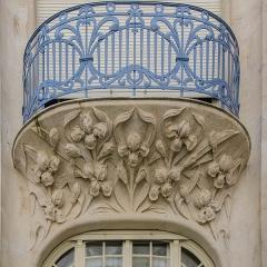Hôtel Brion, puis pension de famille appelée Hôtel Marguerite -  Très beau balcon supporté par des sculptures d'Iris dans des formes arrondies en accord avec l'ensemble de l'oeuvre.