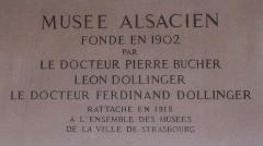 Musée alsacien - Plaque en hommage aux fondateurs du Musée alsacien de Strasbourg, Pierre Bucher, Léon Dollinger et son frère Ferdinand Dollinger.