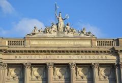 """Palais Universitaire - English: Belle façade du palais universitaire ou l'on peut lire """"Littérature et patrie""""."""