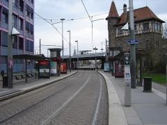 Poste d'aiguillage S.N.C.F. - Français:   Station de Tram Krimmeri- Stade de la Meinau, de la ligne A et E du tramway de Strasbourg, et gare de de Strasbourg Krimmeri-Meinau en arrière-plan