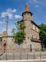 Poste d'aiguillage S.N.C.F. -  Architecture digne d'un petit château, la tourelle donne un effet bien sympathique à cette artère sud de la ville.