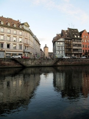 Tour - English: Looking across the river Ill and through rue d'Or to the medieval gate-tower at the entrance of Strasbourg's Hôpital civil