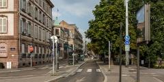 Immeuble -  Le quai Kléber, carrefour avec la rue de Sébastopol, vers la rue du Faubourg-de-Pierre et le Pont de Pierre.