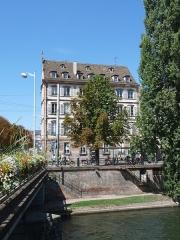 Immeuble - Français:   Strasbourg: immeuble, 6 quai Kléber. Construit (ailleurs) en 1765, remonté là en 1842. Façades et toitures inscrites aux Monuments historiques en 1990.