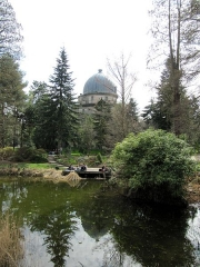 Jardin botanique - English: Pond of the botanical garden of Strasbourg. The astronomical observatory of Strasbourg can be seen in the background.