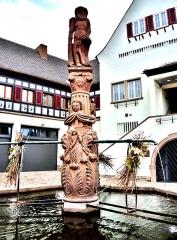 Fontaine de l'Homme Sauvage - Français:   Colonne de la fontaine de l\'homme sauvage, à Ammerschwihr. Haut-Rhin