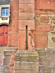 Restes de l'hôtel de ville - Français:   Etalon officiel de l\'ancienne mesure de grains, scellé sur la façade de la ruine de l\'ancien hôtel de ville d\'Ammerschwihr. Haut-Rhin.